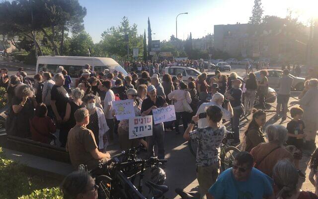 Manifestation pour le retour au calme et la coexistence au carrefour d'Oranim au sud de Jérusalem, le 13 mai 2021. (Crédit : Sue Surkes/Times of Israël)