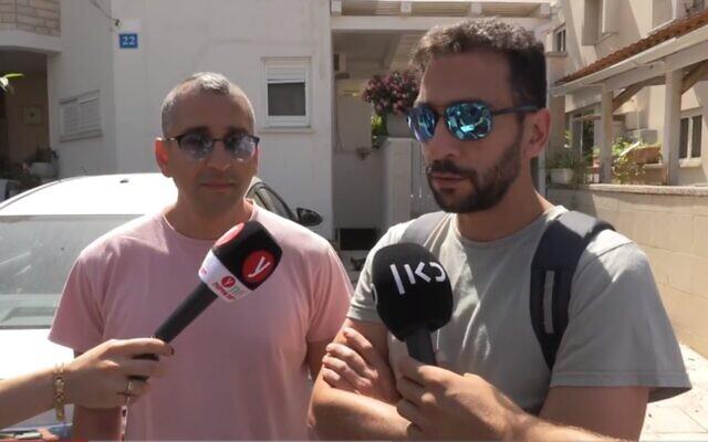 Kfir et Moché Yom Tov, fils de Lea Yom Tov, 63 ans, tuée à Rishon Lezion par une roquette, le 12 mai 2021. (Capture d'écran Ynet)