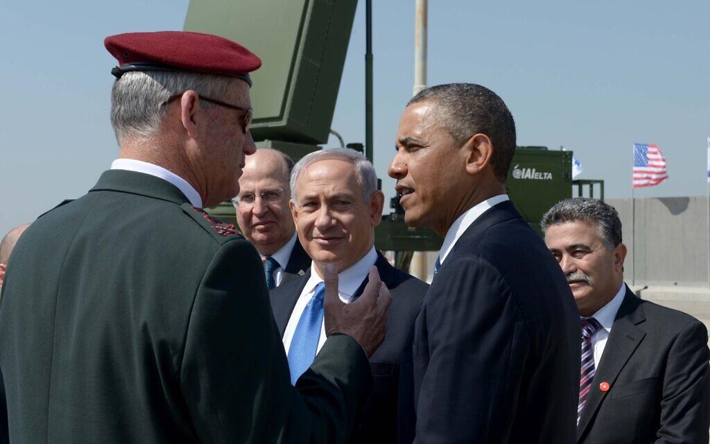 Le président américain de l'époque, Barack Obama, (à droite), le chef d'état-major de Tsahal de l'époque, le lieutenant-général Benny Gantz (à gauche), le ministre de la Défense de l'époque, Moshe Yaalon, et le Premier ministre Benjamin Netanyahu, avec en toile de fond une batterie anti-roquettes Dôme de fer, le 20 mars 2013. (Avi Ohayon/GPO/Flash90)