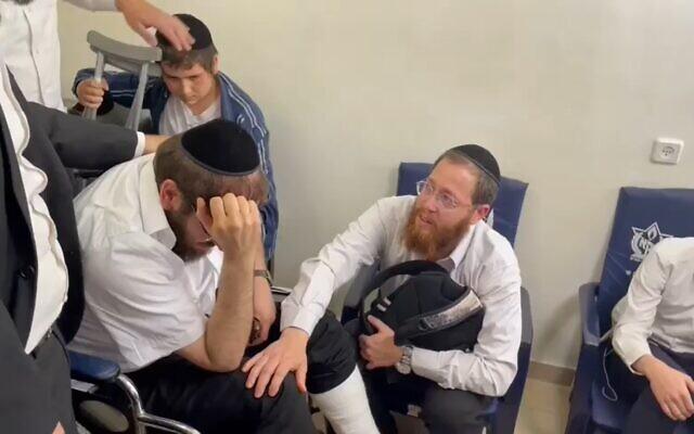 Le rabbin Avigdor Hayut, à gauche, et le rabbini David Levy, à droite, ont tous les deux perdu leur fils lors de la tragédie du mont Meron en Israël. (Capture d'écran)