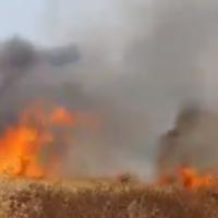 Un champ en feu près de la ville de Sderot, dans le sud d'Israël, le 9 mai 2021. (Capture d'écran : Twitter)
