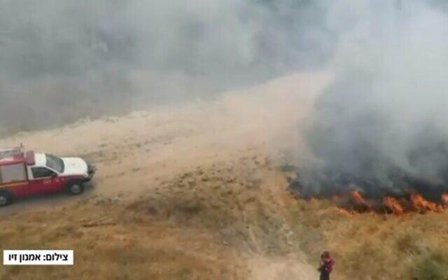 Un champ en feu dans le sud d'Israël, le 25 mai 2021. (Capture d'écran Douzième chaîne)