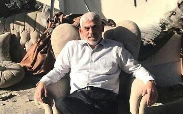 Le chef du Hamas à Gaza, Yahya Sinwar, assis dans son bureau bombardé à Gaza, le 27 mai 2021 (Autorisation)