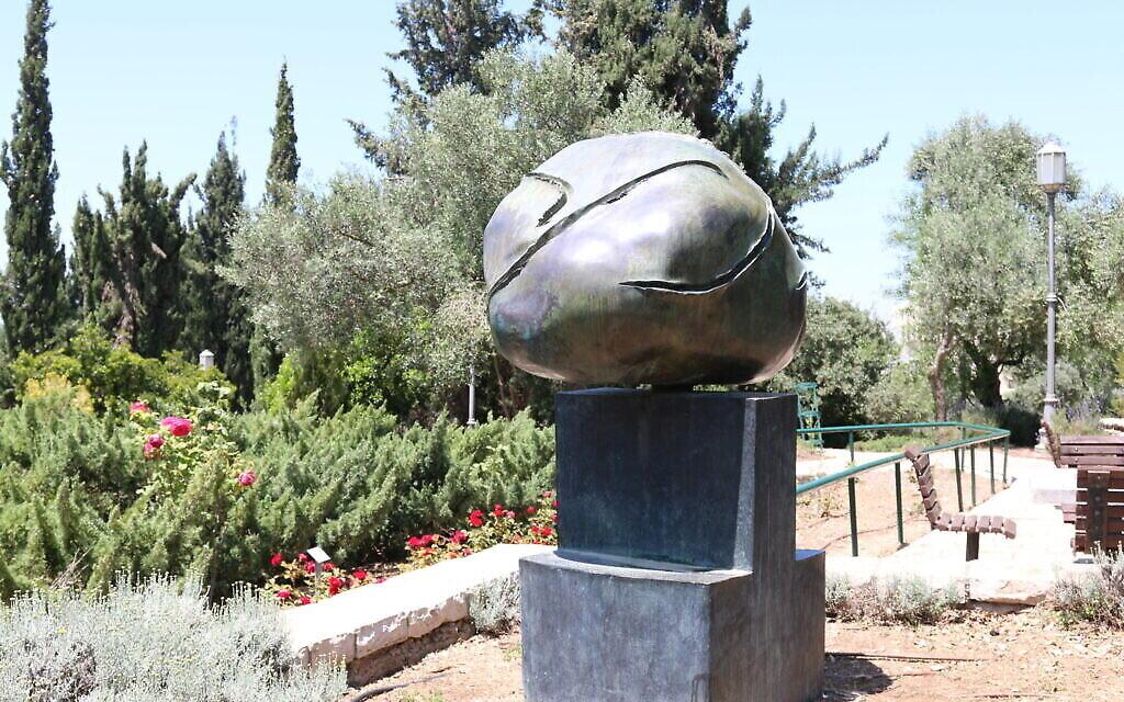 La Tête,' une sculpture en bronze de l'artiste espagnol Joan Miro au jardin espagnol du Wohl Rose Park à Jérusalem, au mois d'avril 2021. (Crédit : Shmuel Bar-Am)
