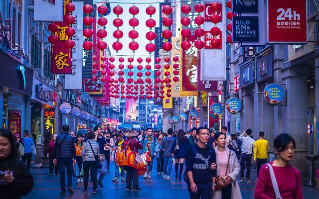 Guangzhou, Chine, décembre 2019. La rue piétonne Shangxiajiu dans le district de Liwan, un des principaux quartiers commerçants de la ville et une attraction touristique majeure. (Crédit : Parichart Thongmee ; iStock by Getty Images).