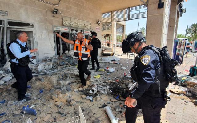 Les décombres après un tir de roquette à Ashkelon, le 11 mai 2021. (Crédit : police israélienne)