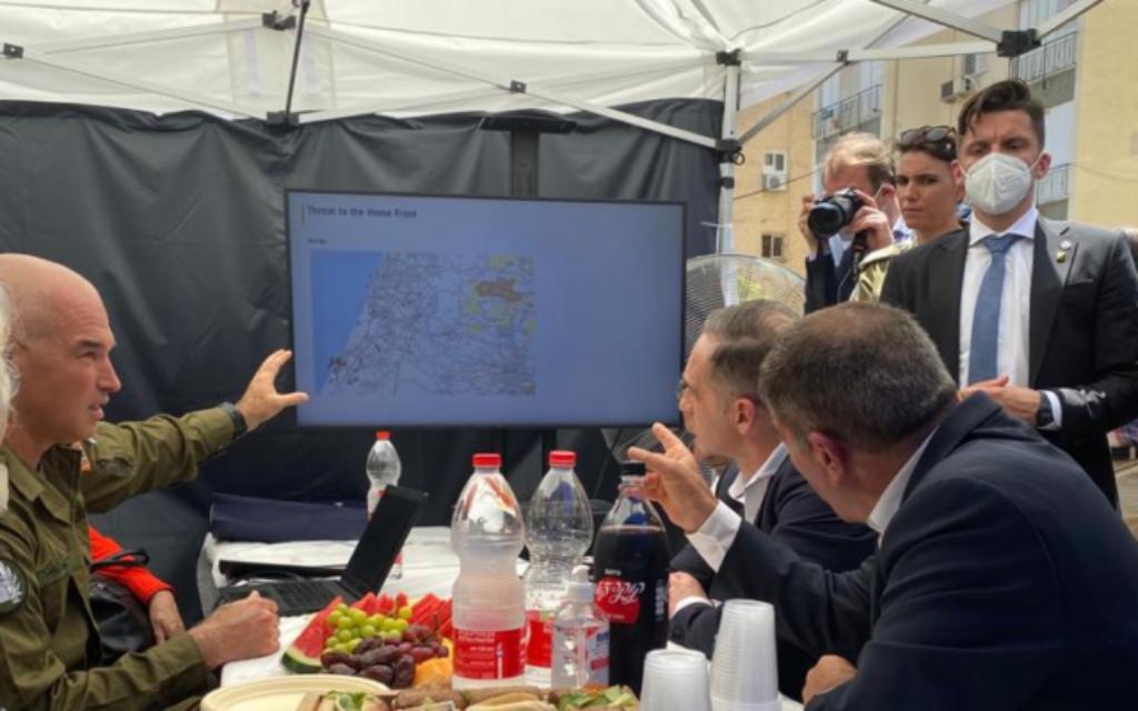 Le ministre allemand des Affaires étrangères, Heiko Maas (centre), reçoit un briefing sur la sécurité à Petah Tikva du général Ori Gordin (G), chef du commandement du front intérieur de Tsahal, en compagnie du ministre des Affaires étrangères, Gabi Ashkenazi (droite), le 20 mai 2021. (Crédit : Ministère des affaires étrangères)
