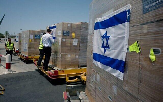 Des aides prêtes à être chargées dans un avion de l'armée de l'air indienne à l'aéroport Ben-Gurion avant d'être envoyées dans le pays ravagé par le coronavirus, le 8 mai 2021. (Crédit : ministère des Affaires étrangères)