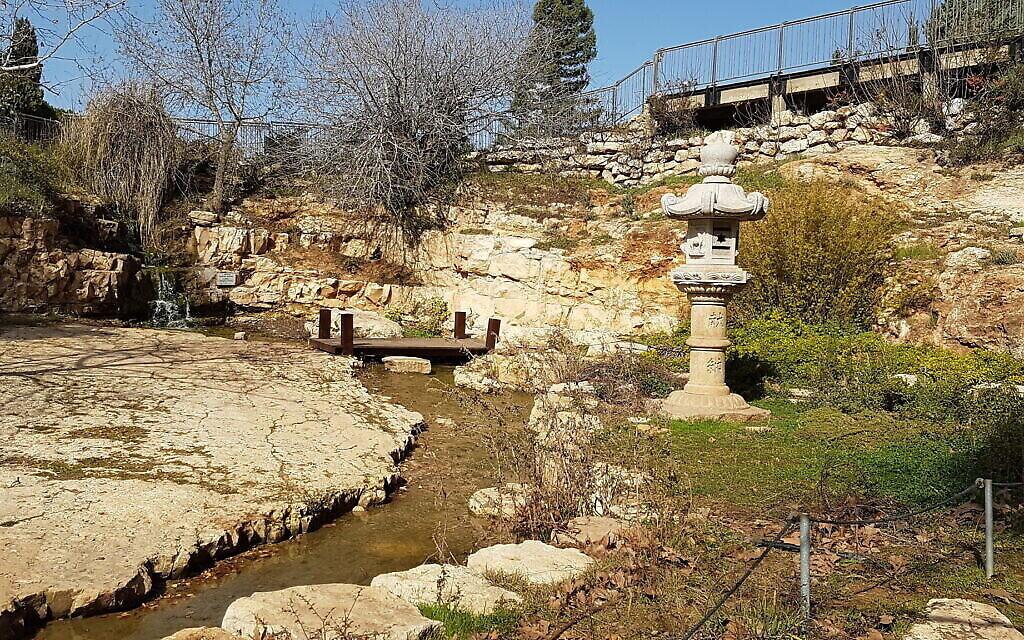 Le Jardin japonais au Wohl Rose Park de Jérusalem, au mois d'avril 2021. (Crédit : Shmuel Bar-Am)