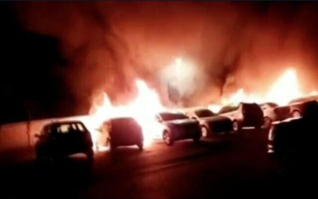 Des voitures incendiées par des groupes d'émeutiers, le 11 mai 2021. (Capture d'écran : Vidéo)