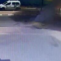 Le moment où une roquette s'est abattue dans une rue, à quelques mètres d'une station-service, à Netivot, le 16 mai 2021. (Capture d'écran/Kann)