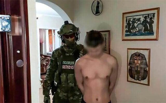 Un homme de 29 ans est placé en garde à vue dans le cadre du meurtre présumé de Vladimir Shchukin à Nikolayev, en Ukraine, le 25 mai 2021. (Crédit : Police nationale d'Ukraine)