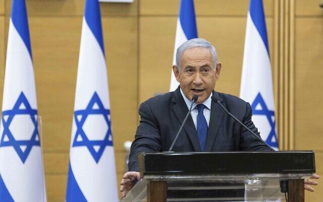 Le Premier ministre Benjamin Netanyahu condamne la candidature nouvellement déclarée de son rival Naftali Bennett à la formation d'un gouvernement d'union avec Yair Lapid qui mettrait fin à ses 12 années en tant que Premier ministre, le 30 mai 2021.  (Crédit : Yonatan Sindel/Pool via AP)