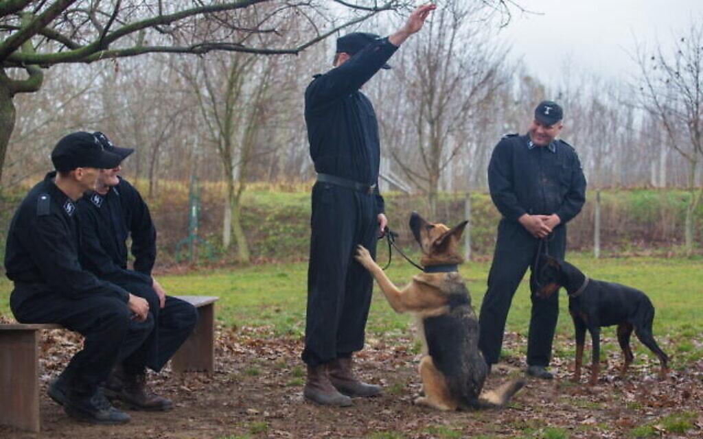 """Le chien """"Caleb"""", désormais appelé """"Blitz"""", est entraîné à faire le salut nazi dans """"Shepherd :  The Story of a Jewish Dog""""  (Crédit : JDog Films)."""