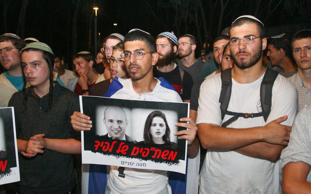 """Des manifestants de droite devant le domicile de la député du parti Yamina, Ayelet Shaked à Tel Aviv, le 30 mai 2021. La pancarte avec une photo de Shaked et du leader de Yamina Naftali Bennett indique """"Les collaborateurs de Lapid"""" (Crédit : Flash90)."""