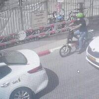 Un homme transportant un nouveau-né dans une caisse fixée à l'arrière de son vélo électrique à Tel Aviv, le 5 mai 2021. (Capture d'écran  : Police israélienne)