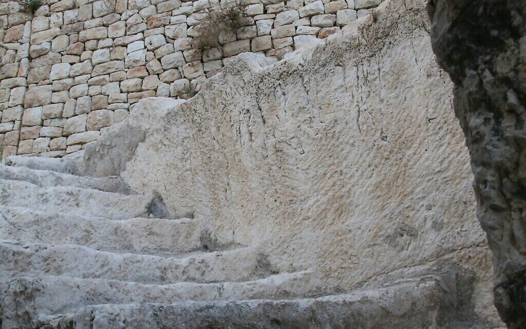 Les escaliers près des caveaux d'inhumation de la Cité de David. (Crédit :Shmuel Bar-Am) 1
