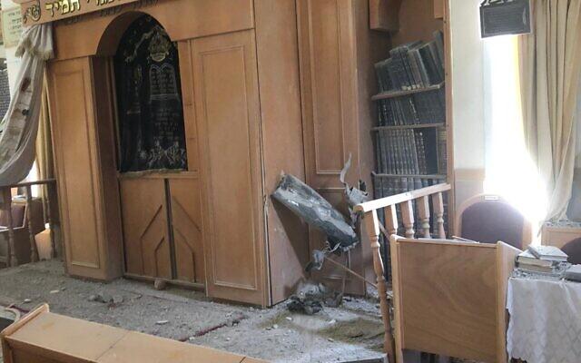 Une synagogue d'Ashkelon frappée par une roquette de Gaza, le 16 mai 2021. (Crédit : Autorité des incendies et des secours)