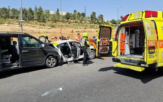 Le lieu d'un accident de voiture mortel sur la route 1, le 6 mai 2021. (Magen David Adom)