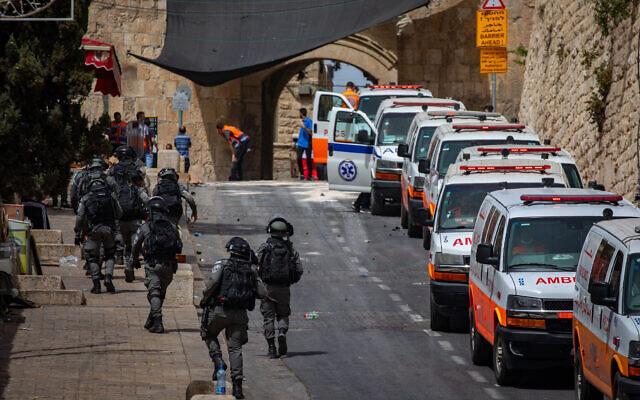 Illustration : Affrontements avec la police et des Palestiniens à l'extérieur de la vieille ville de Jérusalem lors de la journée de Jérusalem, le 10 mai 2021.  (Crédit : Olivier Fitoussi/Flash90)