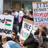 Des manifestants contre Israël brandissent des pancartes lors d'un rassemblement à Vienne, en Autriche, où ont été scandés en arabe des slogans sur le massacre de Juifs, le 13 mai 2021 (avec l'aimable autorisation de l'Union autrichienne des étudiants juifs via JTA)