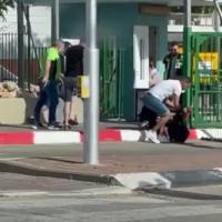 Des personnes tentent de maîtriser un assaillant armé d'un couteau à l'extérieur du centre médical Soroka à Beer Sheva, le 11 mai 2021. (Capture d'écran)