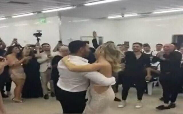 Les convives dansent autour de Loren et David, dont le mariage a été interrompu par des sirènes d'alerte à la roquette, le 19 mai 2021. (Capture d'écran Douzième chaîne)
