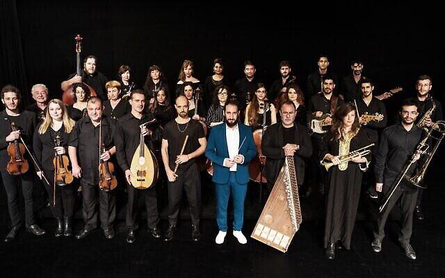 Le Jerusalem Orchestra East West interprétera « Waiting for Nissim » avec le chef d'orchestre Tom Cohen et les auteurs du livre, Shira Geffen et Etgar Keret, au festival d'Israël le 17 juin 2021. (Crédit : Hayim Yafim Barblet)