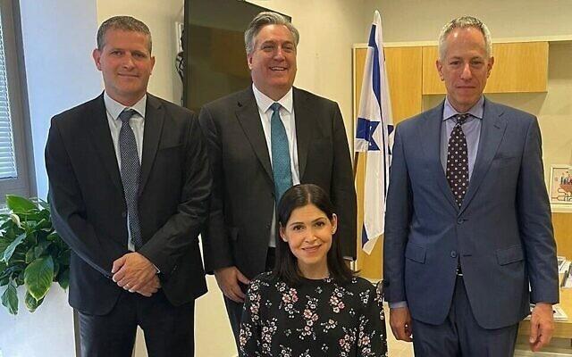 La ministre de l'Énergie Karine Elharrar rencontre l'ambassadeur américain John Desrocher (au centre) ainsi que l'envoyé américain en Israël Michael Ratney (à droite) et le directeur général du ministère de l'Énergie, Udi Adiri. (Crédit : Ministère de l'énergie)