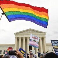 Photo d'illustration : Des manifestants pour les droits LGBT se rassemblent aux abords de la Cour suprême de Washington, le 8 octobre 2019. (Crédit : Saul Loeb/AFP)