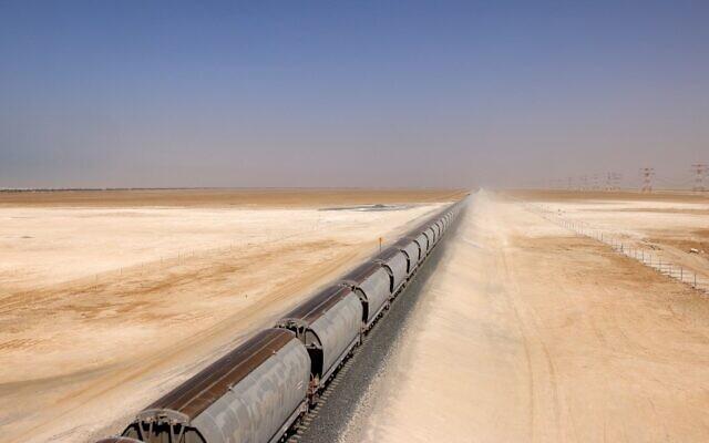 Un train du réseau Etihad Rail, à al-Mirfa, aux Émirats arabes unis, le 1er avril 2021. (Crédit : Giuseppe CACACE / AFP)