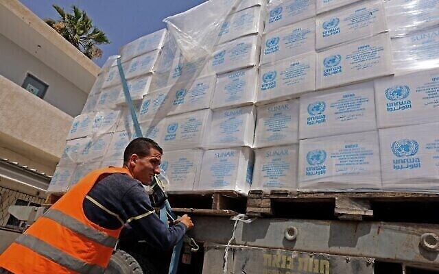 Un camion chargé d'aide humanitaire entre à Rafah dans le sud de la bande de Gaza, par le terminal de Kerem Shalom, le principal point de passage des marchandises entrantes à Gaza en provenance d'Israël, le 21 mai 2021, après un cessez-le-feu négocié par l'Égypte entre Israël et le groupe terroriste du Hamas. (Crédit : SAID KHATIB / AFP)