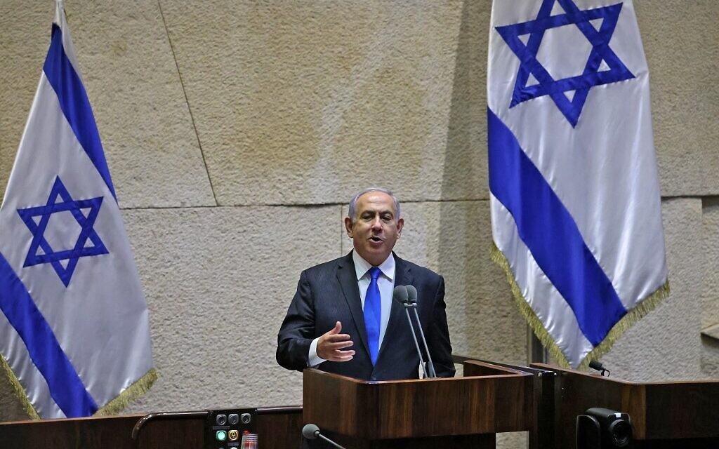 Le Premier ministre israélien Benjamin Netanyahu s'adresse aux députés lors d'une session extraordinaire pour le vote du nouveau gouvernement à la Knesset à Jérusalem, le 13 juin 2021. (Crédit : Emmanuel DUNAND / AFP)