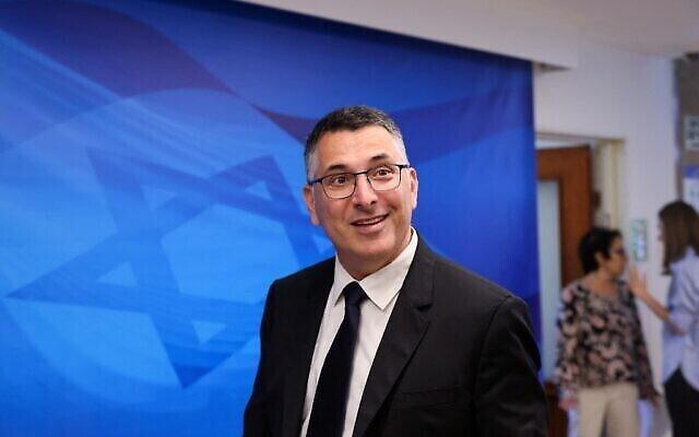 Le ministre de la Justice Gideon Saar arrive à la première réunion hebdomadaire du cabinet du nouveau gouvernement, à Jérusalem, le 20 juin 2021. (Crédit : EMMANUEL DUNAN / AFP)