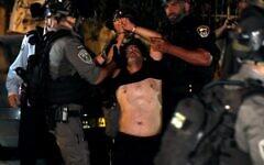 Un manifestant palestinien est arrêté par les forces de sécurité israéliennes dans le quartier de Sheikh Jarrah lors d'affrontements avec les résidents juifs, le 21 juin 2021. (Crédit : AHMAD GHARABLI / AFP)