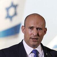 Le Premier ministre Naftali Bennett lors d'une allocution télévisées à l'aéroport Ben Gurion, le 22 juin 2021. (Crédit : Jack Guez/AFP)