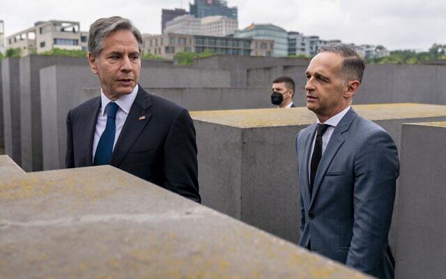 Le secrétaire d'État américain Antony Blinken (à gauche) et le ministre allemand des Affaires étrangères Heiko Maas (à droite) lors de leur visite marchent entre les stèles en béton du Mémorial aux Juifs assassinés d'Europe à Berlin, en Allemagne, le 24 juin 2021. (Crédit : Andrew Harnik / POOL / AFP)