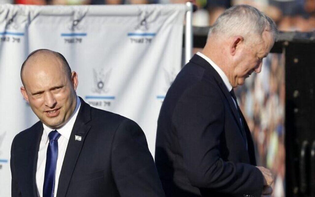 Le Premier ministre Nafatali Bennett (à gauche) et le ministre de la Défense Benny Gantz lors de la cérémonie de remise des diplômes aux pilotes de l'armée de l'air israélienne à la base aérienne de Hatzerim dans le sud d'Israël, le 24 juin 2021. (Jack Guez / AFP)