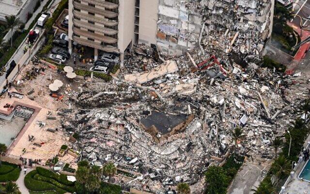 Vue aérienne des efforts du personnel de recherche et de sauvetage sur le site de l'effondrement partiel des Champlain Towers South à Surfside, au nord de Miami Beach, le 24 juin 2021. (Crédit : CHANDAN KHANNA / AFP)
