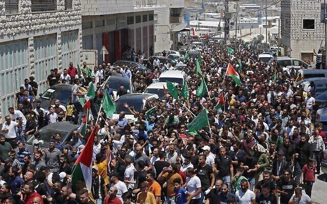 Le cortège funèbre de Nizar Banat, opposant de l'Autorité palestinienne, mort après son arrestation par l'Autorité palestinienne à Hébron, le 25 juin 2021. (Crédit : MOSAB SHAWER / AFP)