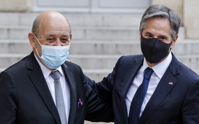 Le ministre français des Affaires étrangères Jean-Yves Le Drian (G) salue le secrétaire d'État américain Antony Blinken alors qu'il arrive pour rencontrer le président français au palais de l'Élysée, à Paris, le 25 juin 2021. (Crédit : Ludovic MARIN / AFP)