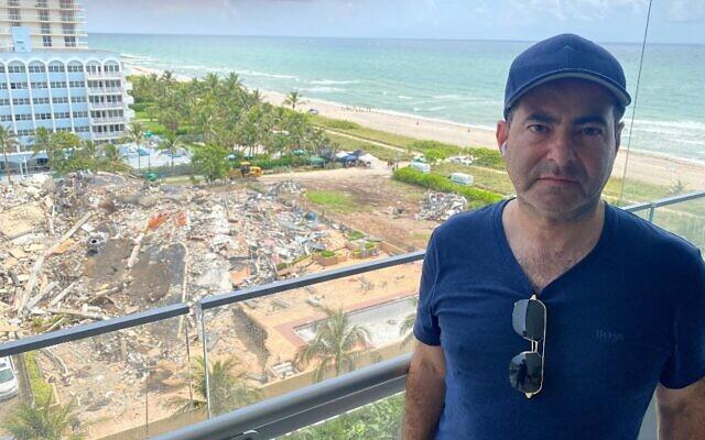 Mike Salberg photographié près des décombres de l'immeuble effondré de Surfside alors qu'il attend des informations sur les membres de sa famille disparus, à Miami Beach, en Floride, le 25 juin 2021. (Crédit : Gianrigo MARLETTA / AFP)