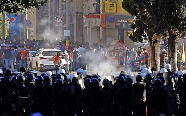 Des manifestants palestiniens affrontent les forces de sécurité palestiniennes dans la ville de Ramallah, en Cisjordanie , le 26 juin 2021, à la suite d'une manifestation contre la mort du militant des droits de l'homme Nizar Banat. (Crédit :  Ahmad GHARABLI / AFP)