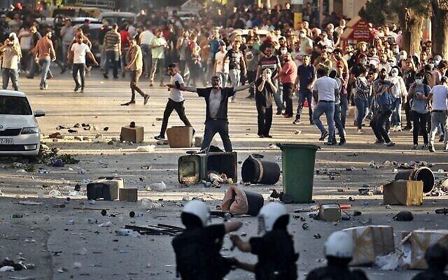 Des manifestants palestiniens affrontent les forces de sécurité palestiniennes dans la ville de Ramallah, en Cisjordanie , le 26 juin 2021, à la suite d'une manifestation contre la mort du militant des droits de l'homme Nizar Banat. (Crédit : ABBAS MOMANI / AFP)