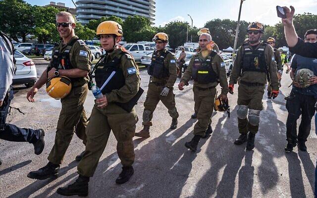 Une équipe de recherche et de secours de l'armée israélienne arrive sur le site de l'effondrement d'un immeuble résidentiel à Surfside, en Floride, le 27 juin 2021. (Crédit : Giorgio Viera/ AFP)