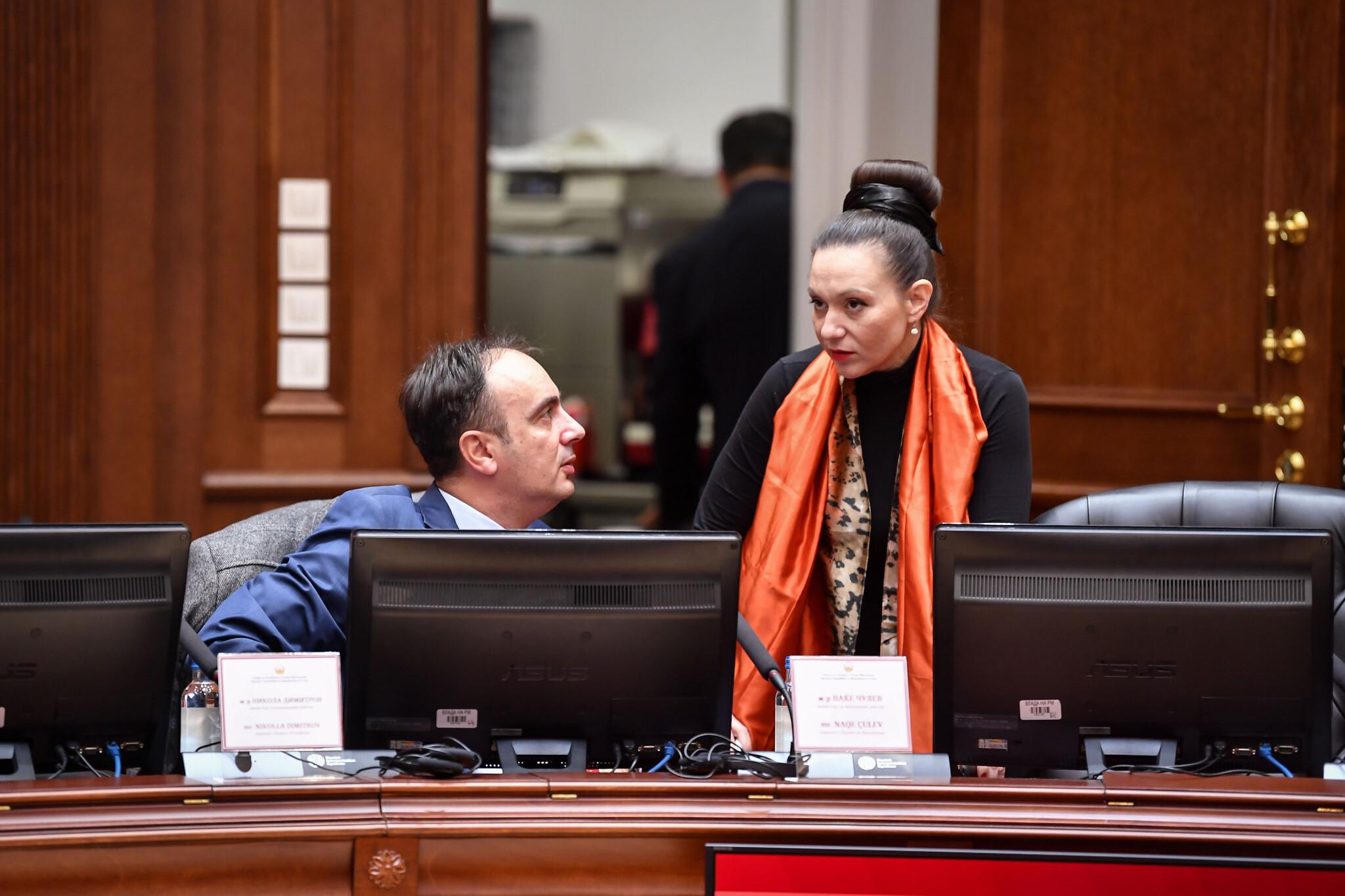 Rasela Mizrahi, à droite, parle à un collègue pendant une réunion du cabinet à  Skopje, en Macédoine du nord, le 14 janvier 2020. (Autorisation : Parlement de Macédoine du nord/Via JTA)