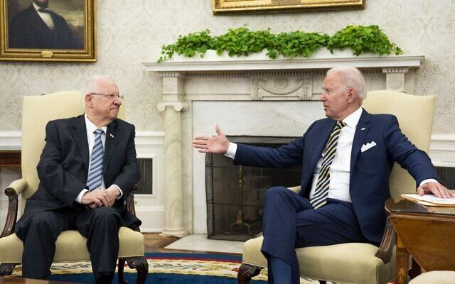 Le président américain Joe Biden, à droite, et le président israélien Reuven Rivlin, à gauche, dans le Bureau ovale de la Maison Blanche à Washington, aux États-Unis, le 28 juin 2021.  (Crédit :POOL / GETTY IMAGES NORTH AMERICA / Getty Images via AFP)
