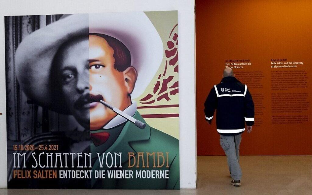 """Un homme devant une affiche de Felix Salten à l'entrée de l'exposition """"Au-delà de Bambi - Felix Salten et la découverte du modernisme viennois"""", au Wien Museum à Vienne, en Autriche, le 23 mars 2021. (Crédit : Joe Klamar/ AFP)"""