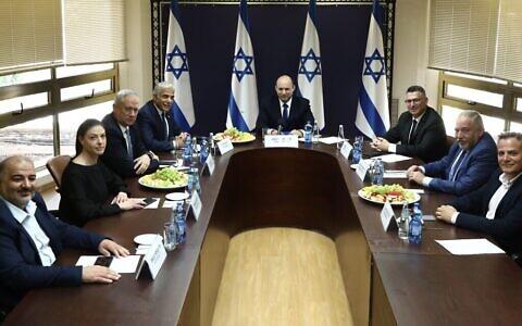 Les chefs des huit partis composant le nouveau gouvernement potentiel se réunissent à la Knesset le 13 juin 2021. De gauche à droite : le chef de Ra'am Mansour Abbas, la chef travailliste Merav Michaeli, le chef de Kakhol lavan Benny Gantz, le chef de Yesh Atid Yair Lapid, le chef de Yamina Naftali Bennett, le chef de Tikva Hadasha Gideon Sa'ar, le chef d'Yisrael Beytenu Avigdor Liberman et le chef du Meretz Nitzan Horowitz. (Crédit : Ariel Zandberg)