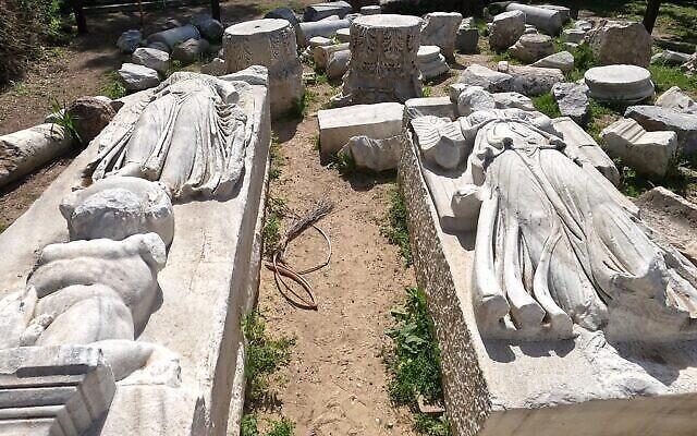 Des statues découvertes pendant les fouilles d'une basilique au parc national Tel Ashkelon. (Crédit :  Yaniv Cohen/ Autorité israélienne de la nature et des parcs)